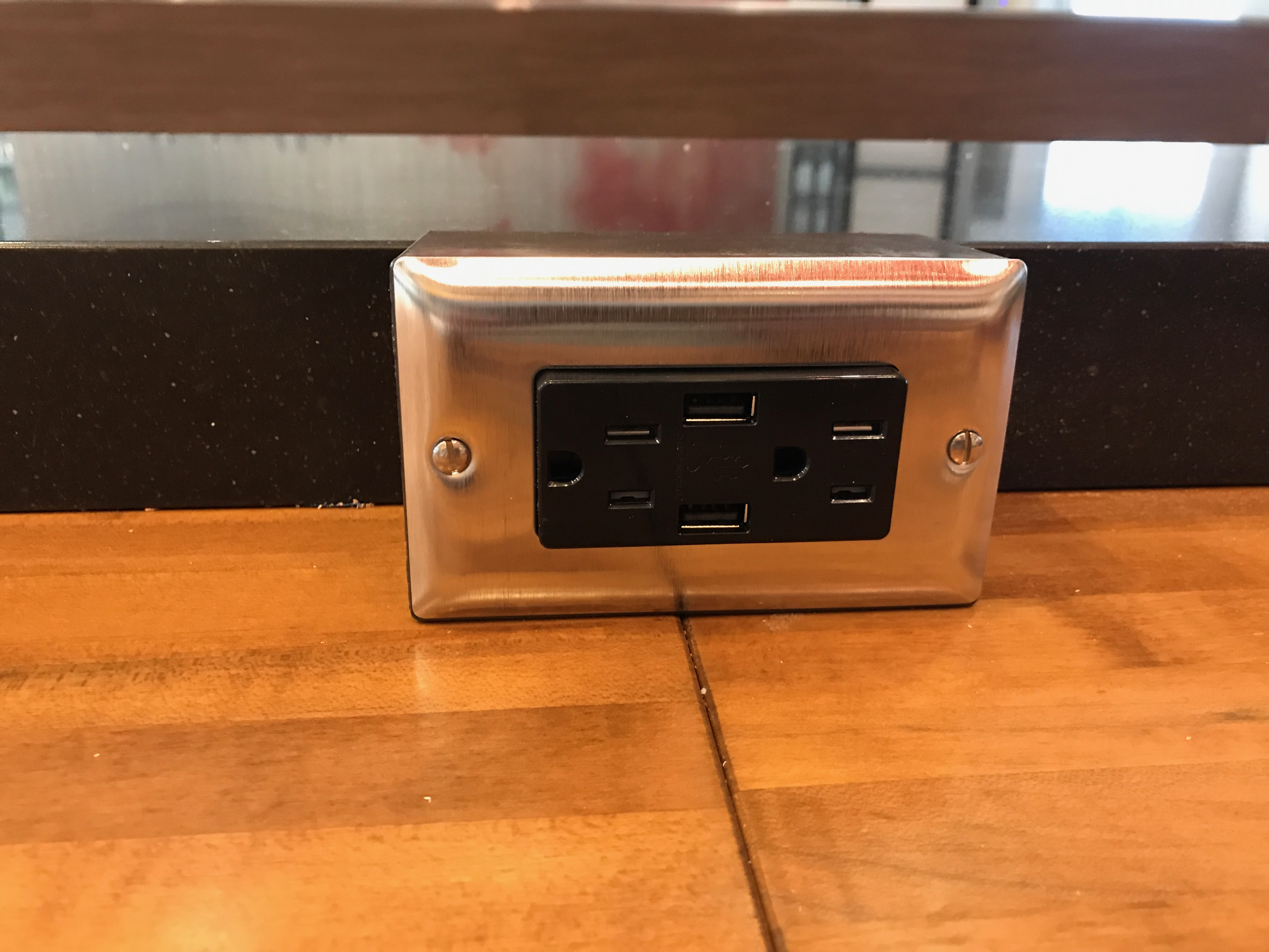 USB Outlets: Millennials Love Them, Your Restaurant Could Use Them